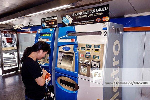 Madrid Hauptstadt Europa Frau Öffentlicher Verkehr Spanien spanisch