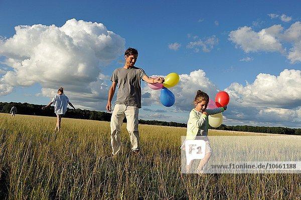 Menschliche Eltern Feld jung spielen