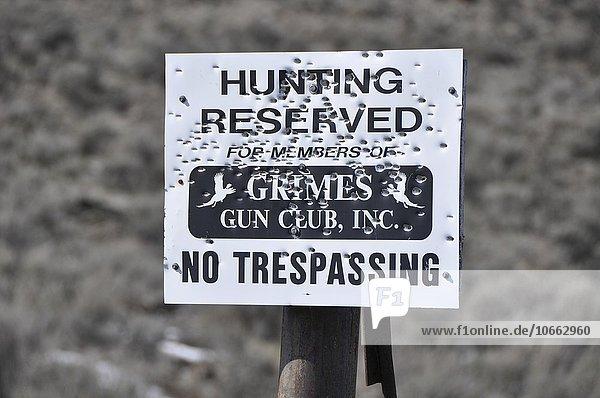 Schild mit Einschusslöchern  Waterville  USA  Nordamerika
