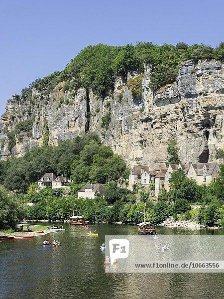 Ausflugsboote und Kajaks am Fluss Dordogne  La Roque-Gageac  Aquitaine  Frankreich  Europa
