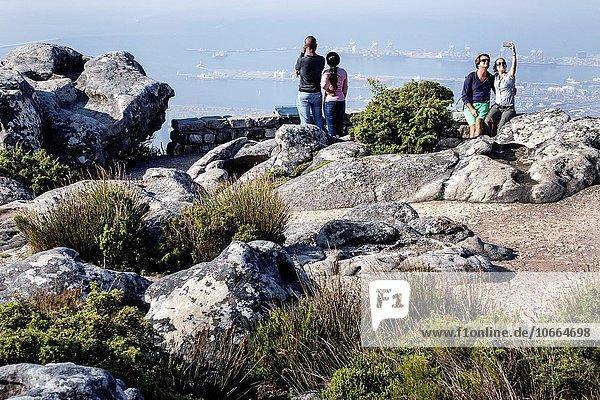 Südliches Afrika Südafrika Naturschutzgebiet Frau Mann folgen schwarz hoch oben Ignoranz Atlantischer Ozean Atlantik Kapstadt Smartphone