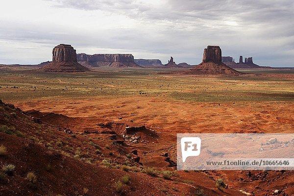 Felsformationen  Merrick Butte  Sentinel Mesa  East Mitten Butte  Stagecoach  nach einem Gewitter  Abendlicht  Monument Valley Navajo Tribal Park  Arizona  USA  Nordamerika