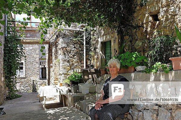 Senior Senioren Frau Dorf Kroatien