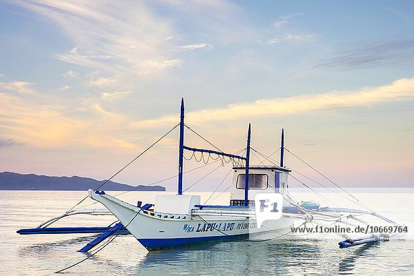 Bangka Auslegerboot mit Morgenrot am White Beach  Boracay  Provinz Aklan  Western Visayas  Philippinen  Asien