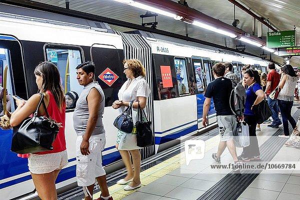 Madrid Hauptstadt Europa Frau Mann Plattform fahren Hispanier Öffentlicher Verkehr Passagier U-Bahn Metro Centro Spanien spanisch Haltestelle Haltepunkt Station Unterirdischer Gang