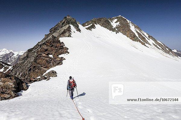 Bergsteiger beim Abstieg von der Wildspitze am Mitterkarjoch  hinten der Hintere Brochkogel  Vent  Sölden  Ötztal  Tirol  Alpen  Österreich  Europa