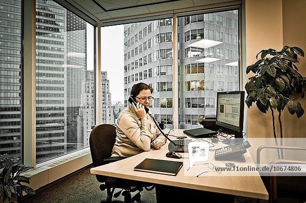 Ecke Ecken sitzend Frau Schreibtisch Chef Büro Business