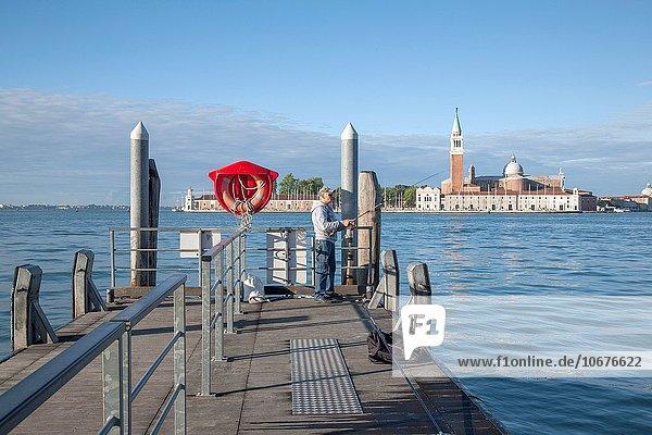 Mann Kirche Kai angeln Langensee Lago Maggiore Italien Venedig