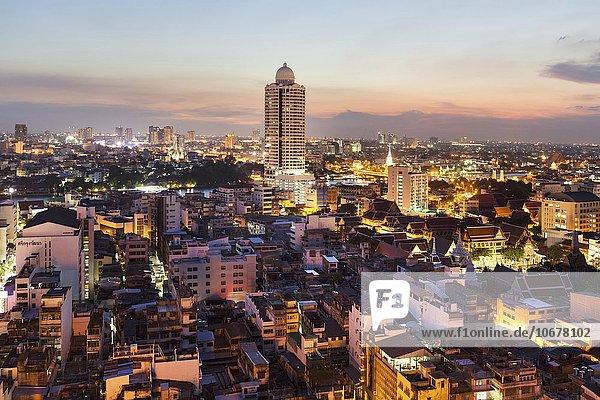 Stadtansicht mit River Park Condominium  Turm am Menam Chao Phraya  Dämmerung  Panorama-Blick vom Grand China Hotel  Chinatown  Bangkok  Thailand  Asien