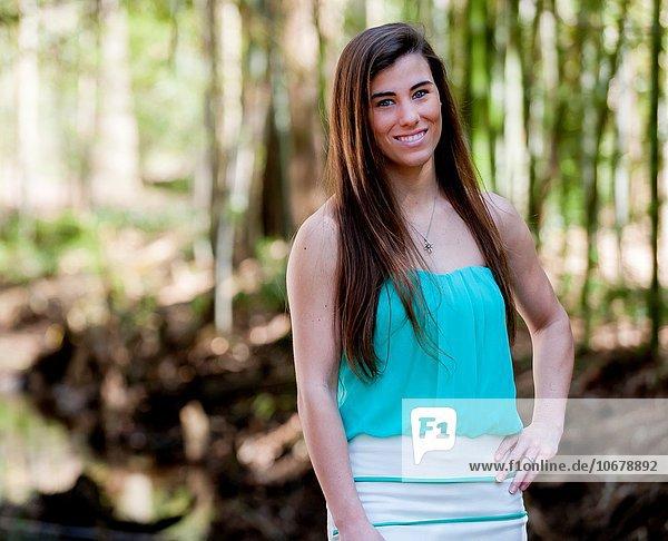 Minirock Außenaufnahme Frau lächeln Kleidung alt freie Natur Jahr