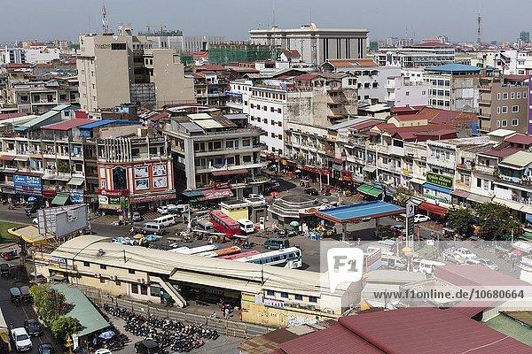 Ausblick vom Sorya Einkaufszentrum auf Busbahnhof mit Altstadt  Stadtansicht  Phnom Penh  Kambodscha  Asien