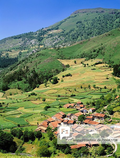 Fliesenboden sitzend Landschaft grün Überfluss Dorf Feld umgeben rot Schönheit Hintergrundbild Carmona