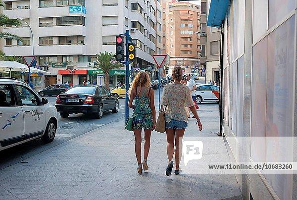 Frau gehen Alicante unterhalten Spanien