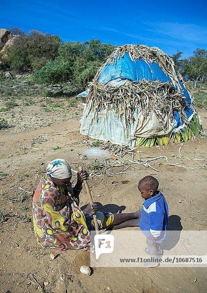 Hütte Frau Tradition Gebäude Produktion Sisalfaser Sisal Tansania Volksstamm Stamm