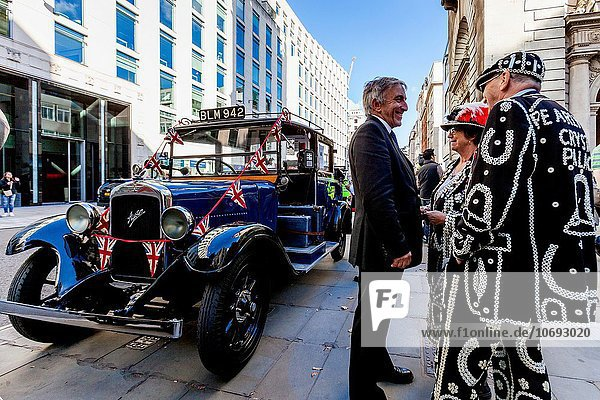 Vorbereitung Großbritannien verlassen London Hauptstadt ernten Kirche Palast Schloß Schlösser Unterricht Perle Dienstleistungssektor Festival Königin König - Monarchie Jungfrau Maria Madonna Kristall