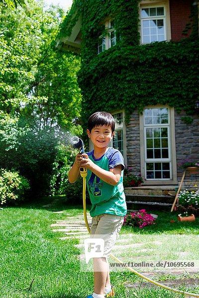 niedlich süß lieb Wasser Junge - Person klein Garten