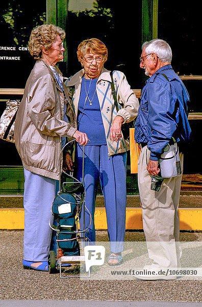 Mensch Menschen tragen Konzentration Senior Senioren Himmel tragbar Sauerstoffmaske umgeben 3 Krankheit