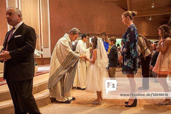 hoch oben Menschliche Eltern Kirche Zeremonie multikulturell Kalifornien katholisch Kommunion Linie