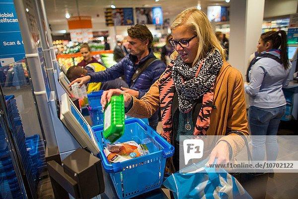 offen Lebensmittelladen bezahlen zahlen Laden scan Einsamkeit Niederlande Supermarkt