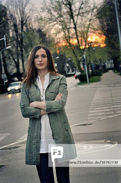 junge Frau junge Frauen Portrait Straße Großstadt