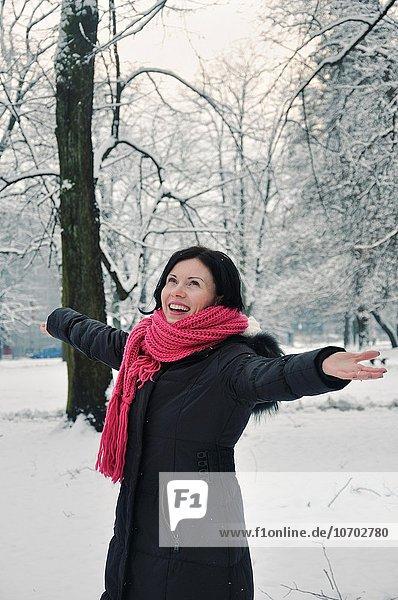Portrait Frau Winter lächeln Mittelpunkt Erwachsener