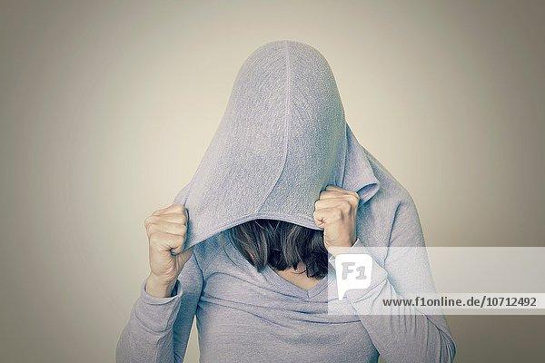 junge Frau junge Frauen Kleidung Kapuze
