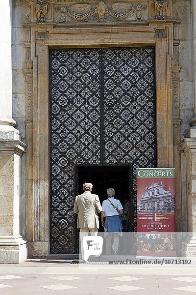 Tourist Geschichte Kirche Besuch Treffen trifft Krakau Polen