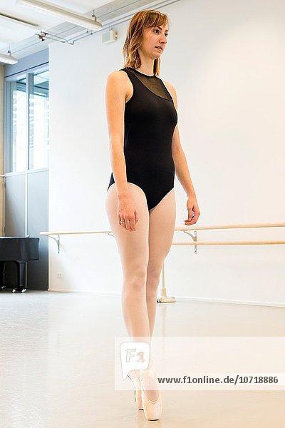 Tänzer Training üben braunhaarig jung Studioaufnahme Niederlande Ballett