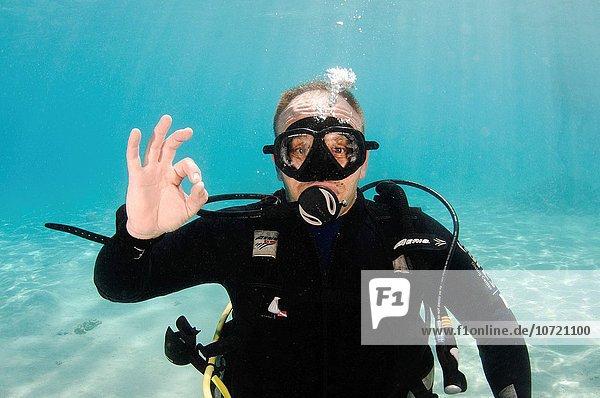 Menschlicher Zeigefinger Menschliche Zeigefinger yes Produktion Unterwasseraufnahme unter Wasser Zeichen Kreis Taucher Menschlicher Daumen Menschliche Daumen Sprache Erinnerung erweiternd Ar Signal