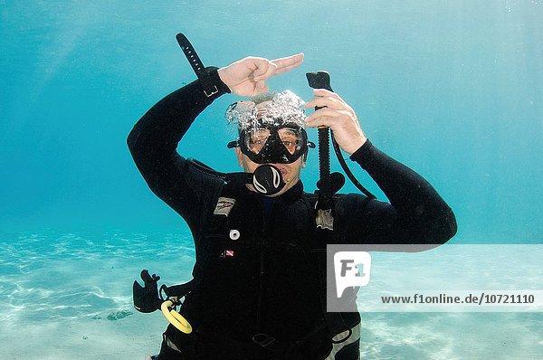 Unterwasseraufnahme unter Wasser Zeichen Taucher aufblasen Sprache Signal