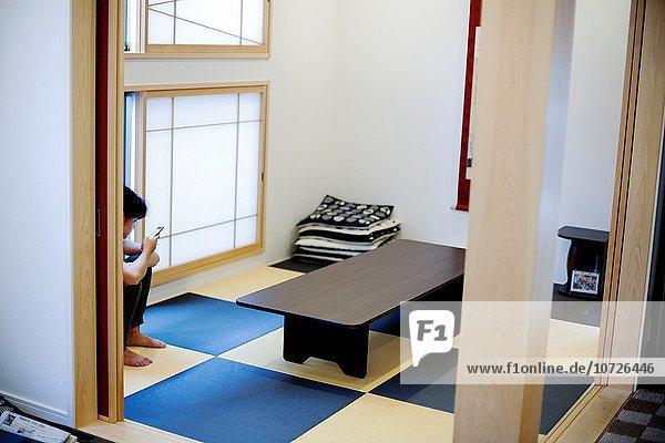 Zimmer typisch Mädchen japanisch Smartphone