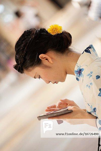 Mädchen Japan japanisch Smartphone Haltestelle Haltepunkt Station Zug