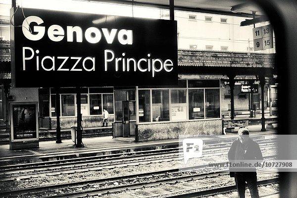Europa Mann Fenster Plattform Beleuchtung Licht Zeichen Ansicht Genua Italien Signal Zug