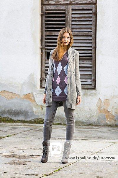 Außenaufnahme Jugendlicher Mantel Kleidung Hose Mädchen freie Natur