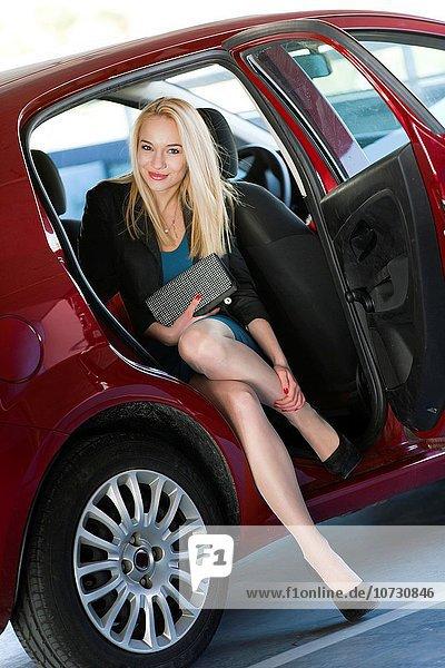 Jugendlicher Schönheit Auto rauskommen Mädchen