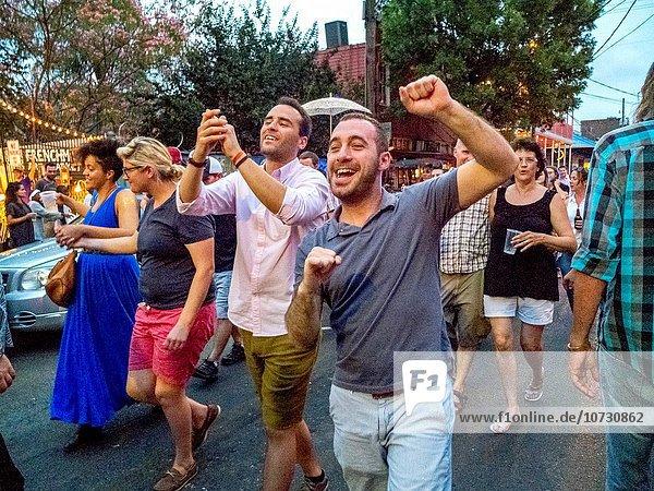 Frau Fest festlich jubeln folgen Straße Geburtstag multikulturell New Orleans Menschenmenge