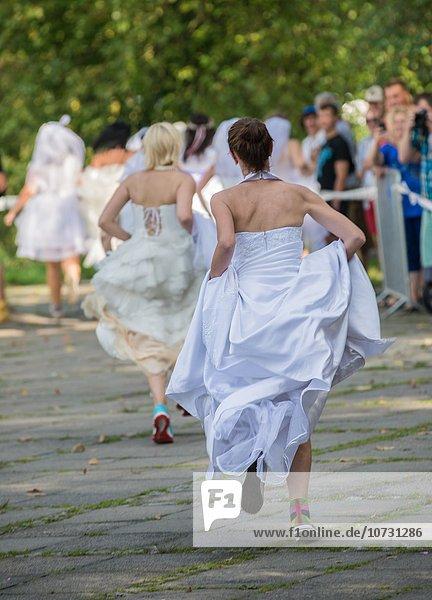 Warschau Hauptstadt Hochzeit rennen sammeln Geld Teilnahme Kosten polieren Medizinische Massnahmen Teenagerin Kleid Polen polnisch September Rollstuhl