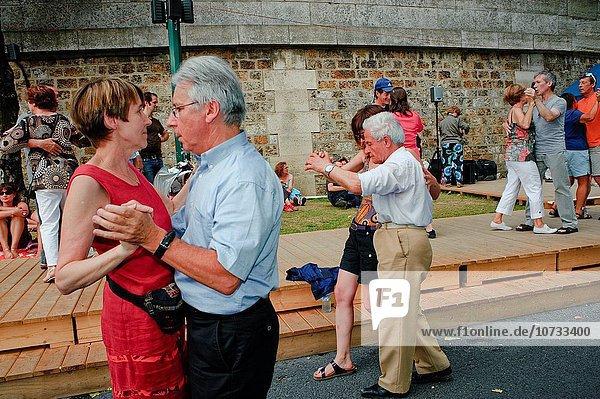 Senior Senioren Paris Hauptstadt Frankreich tanzen Fluss Seine Bank Kreditinstitut Banken