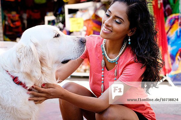 Frau Straße Hispanier Hund Golden Retriever Markt