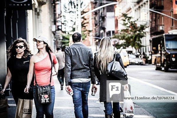 Mensch Menschen Straße Menschen im Hintergrund Hintergrundperson Hintergrundpersonen neu