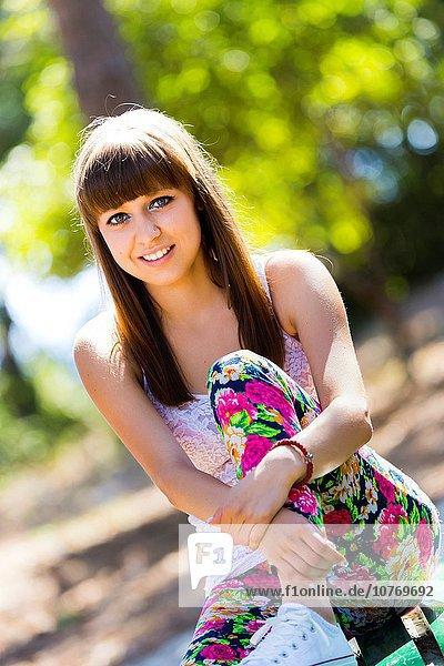 niedlich süß lieb lächeln Hose Teenagerin Blume
