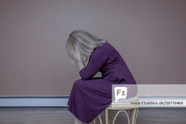 sitzend blond Frau