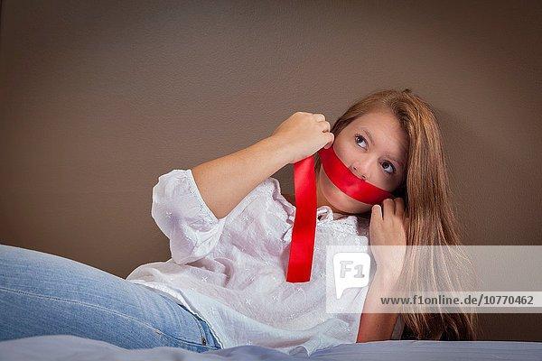 Jugendlicher über halten Band Bänder rot Mädchen