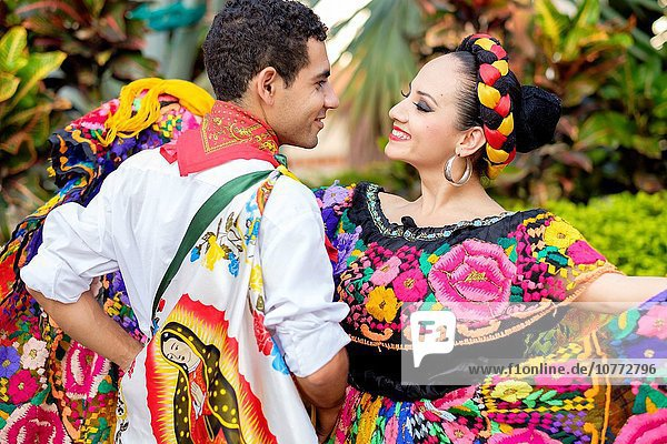 Farbaufnahme Farbe Tradition tanzen Tänzer Vielfalt Kultur Mexiko Kostüm - Faschingskostüm Symbol