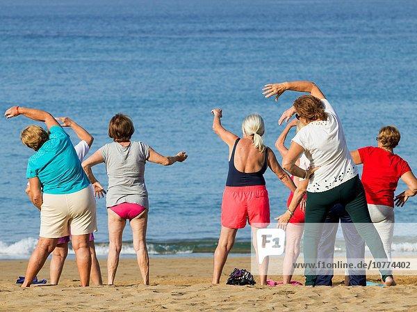 Frau Strand üben Senior Senioren täglich Kanaren Kanarische Inseln Gran Canaria Spanien