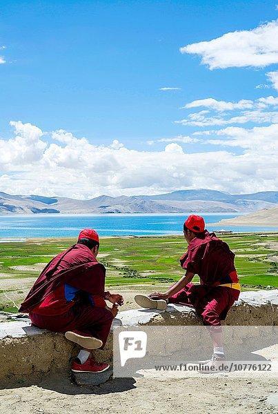 sehen Sommer See Ansicht jung Festival fünfstöckig Buddhismus Mönch Nomade