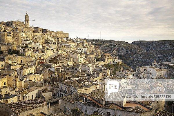 Ausblick über die Stadt vom Aussichtspunkt an der Piazzetta Pascoli  Sassi di Matera  Höhlenwohnungen  Matera  Basilikata  Italien  Europa