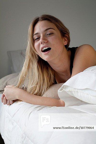 junge Frau junge Frauen Bett