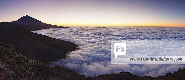 Vulkan Pico del Teide bei Sonnenuntergang  Passatwolken  Nationalpark Teide  Teneriffa  Kanarische Inseln  Spanien  Europa