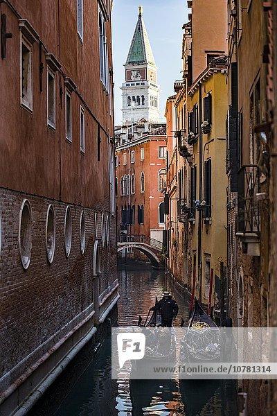Enger Kanal mit Gondeln und Häusern  Venedig  Venetien  Italien  Europa
